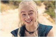 ??  ?? Versátil. A la derecha, Emilia Clarke. Sobre estas líneas, con Sam Claflin en Yo antes de ti y como Daenerys Targaryen, en Juego de tronos