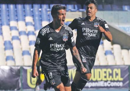 ?? / PHOTOSPORT ?? Héroe. Costa acaba de empatar y celebra con la cara llena de gol, mientras Morales intenta unise al festejo.
