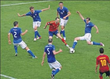 ??  ?? Iniesta es rodeado por jugadores italianos en la final de la Eurocopa 2012 que ganó La Roja por 4-0.