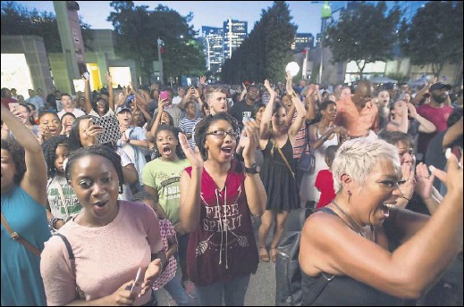 ?? File Photo ?? Revelers cheer during a performance at a 2017 Dallas Arts District Block Party. The next block party is April 12.