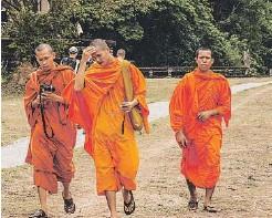 ??  ?? Con Tarawa Travel podréis hacer viajes personalizados a destinos tan mágicos como Camboya. En la foto, los templos de Angkor Wat y unos monjes.