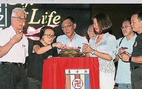 ??  ?? →彭文寶(左起)、李淑玲、麥俊華、陳渼欣、黃泉安、程福隆相繼點燃蠟燭。