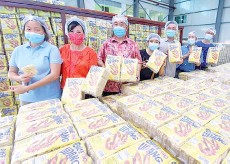 ??  ?? From left: Melissa Wong, susan, Chua and others showing the dried noodles manufactured at the plant.