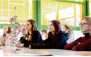 ?? Foto: Anna Biermann ?? Schülerinnen des sozial- und gesundheitswissenschaftlichen Gymnasiums in Geislingen lauschen dem Vortrag der Wissenschaftlerin Dr. Katharina Höfer aus Heidelberg.