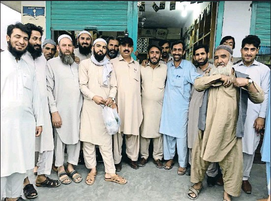 ?? XAVIER MAS DE XAXÀS ?? Hombres de Chilas posan para La Vanguardia para desmentir su apoyo al terrorismo talibán y demostrar su hospitalidad