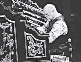 ?? PHOTOS BY MICHAEL CHOW/THE REPUBLIC ?? For four decades, such performers as Charlie Balogh have entertained patrons at Organ Stop Pizza by churning out tunes on an 86-year-old Wurlitzer pipe organ. Once a week, the organ undergoes a full day of maintenance.