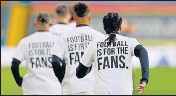 ?? REUTERS ?? Leeds United players wear T- Shirts with messages saying Football is for the Fans.