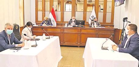 ??  ?? Los miembros del Jurado de Enjuiciamiento de Magistrados durante la sesión de ayer, en la que se resolvió postergar la aprobación del proyecto de reglamento que traba las investigaciones de oficio.