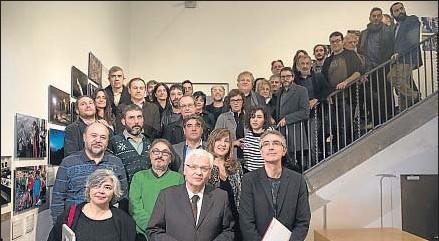 ?? ANA JIMÉNEZ ?? El conseller Ferran Mascarell, en primer término, con creadores y autores en Santa Mònica