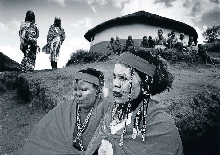 ??  ?? HEALING POWERS Young amathwasa (traditional healer trainees) wait for the chief sangoma in a village in the hills above Gingindlovu, KZN, 1981.