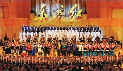 ?? Dongfang Hong, PROVIDED TO CHINA DAILY ?? The symphony orchestra and singers from the Tianjin Song and Dance Theater, along with the Beijing Philharmonic Choir, perform a gala concert, at the Forbidden City Concert Hall in Beijing in December.