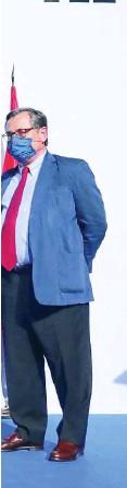 ??  ?? Jorge Huertas Colomina, director general de Oximesa, entregó a la presidenta de la Comunidad de Madrid, Isabel Díaz Ayuso, una donación de material sanitario que consta de 25 concentradores de oxígeno y de cinco respiradores para las UCIS