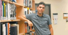 ?? – PHOT O BÉ ATRICE ROY-BRUNET/24H ?? Jean-michel Lapointe, bibliothécaire de référence à L'UQAM, travaille auprè sd u corps professoral pou rd émystifier l'encyclopédi ee n ligne Wikipédia.