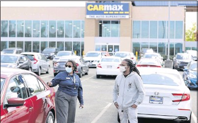 ?? DANIEL SANGJIB MIN/TIMES-DISPATCH ?? Tammy Mitchell helped Lamonn Scott buy a vehicle at CarMax in Midlothian on April 13. The used car market is red-hot nationwide.