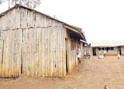 ?? / EUTYCAS MUCHIRI ?? Chil­dren play out­side the di­lap­i­dated Muringato Pri­mary School class­rooms