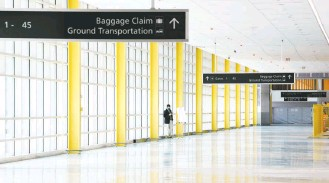 ?? KATHERINE FREY/THE WASHINGTON POST ?? The new concourse is bright and airy, with high ceilings and skylights that provide natural light. Many features such as the yellow steel beams mimic those in other parts of Reagan National Airport.
