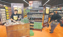 ?? STEVE RUSSELL TORONTO STAR FILE PHOTO ?? The Beer Store is blaming the opening of beer sales in Ontario grocery stores for its 2019 cash flow woes.