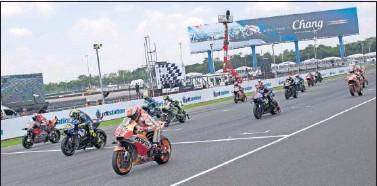 ??  ?? Salida de la carrera de MotoGP en el circuito de Buriram durante el GP de Tailandia de 2018.