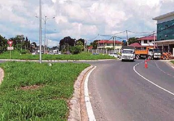 ?? PIC BY AWANG ALI OMAR ?? Sandakan folk claim the design of the Jalan Labuk roundabout endangers motorists.