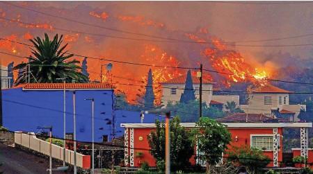 ?? REUTERS ?? Beim Ausbruch des Vulkans Cumbre Vieja auf La Palma wurden zahlreiche Häuser zerstört.