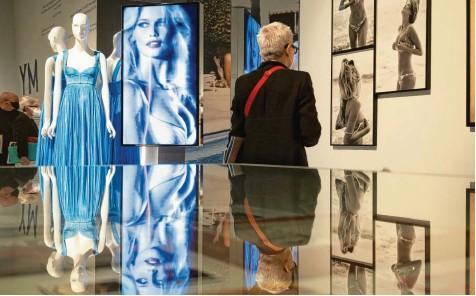 ?? Fotos: Federico Gambarini/jens Kalaene, dpa ?? Die Welt der Claudia Schiffer: In Düsseldorf werden Fotos und Erinnerungsstücke des Supermodels ausgestellt.