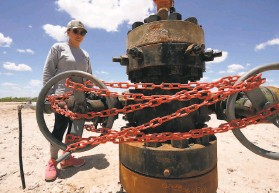 ?? Eric Gay / Associated Press ?? shley Williams Watt looks at an abandoned well on her cattle ranch near Crane, Teïas. Some of the wells are leaking toïic chemicals onto her fields.