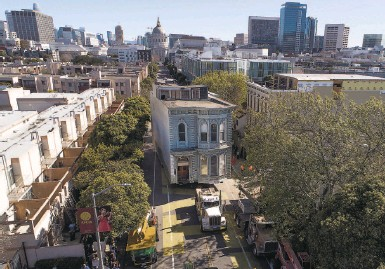 ?? Photos by Carlos Avila Gonzalez / The Chronicle ?? The twostory Victorian Englander house reaches its new spot on Fulton Street in San Francisco.