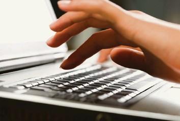 ?? Bild: iStock ?? Nachteilsausgleich: Wer aufgrund einer motorischen Beeinträchtigung nicht von Hand schreiben kann, darf beispielsweise den Laptop benutzen.
