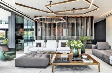 ??  ?? Oben Das Unternehmen Lux Populi vervollständigte die durchdachte Raumplanung mit einem stimmungsvollen Lichtkonzept. Wie Skulpturen muten die großen, sechseckigen Deckenleuchten an. Mitte Dunkle Fronten zeichnen die Küche aus.