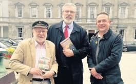 ??  ?? Lyn Ebenezer, Gerry Adams a Dylan Ebenezer
