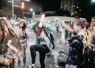 ?? URIEL SINAI/ GETTY IMAGES ?? Israeli children play with foam spray in Tel Aviv during Israel's 65th Independence Day on Tuesday.
