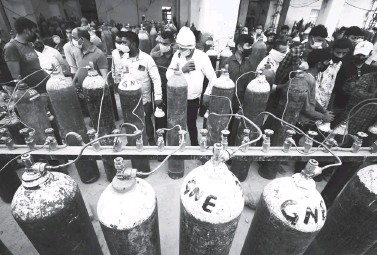 ?? (AFP) ?? OXYGEN REFILL - People refill medical oxygen cylinders for COVID-19 patients at an oxygen refill station in Allahabad on April 20, 2021.