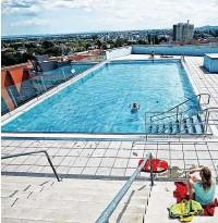 ??  ?? Das Kabelwerk in Meidling bietet seinen Bewohnern ein 30 mal 40 Meter großes Panorama- Becken zum Abkühlen an. Auf einer Höhe von 77 Metern Höhe erwartet die Bewohner der Wohnturms Monte Verde ein solarbeheiztes Schwimmbecken.