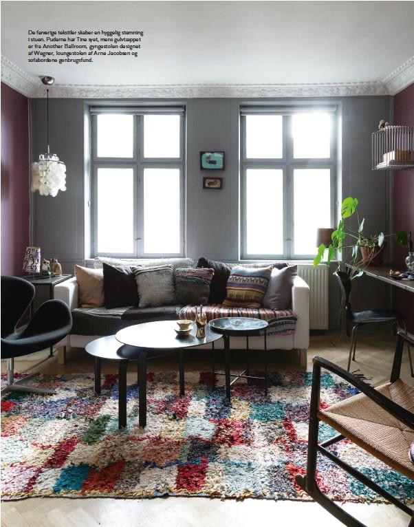??  ?? De farverige tekstiler skaber en hyggelig stemning i stuen. Puderne har Tine syet, mens gulvtaeppet er fra Another Ballroom, gyngestolen designet af Wegner, loungestolen af Arne Jacobsen og sofabordene genbrugsfund.