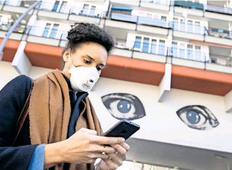 ?? FOTO: EMMANUELE CONTINI/NURPHOTO, DPA ?? Wie soll eine Corona-app funktionieren? Etliche Forscher warnen vor zu großer Überwachung.