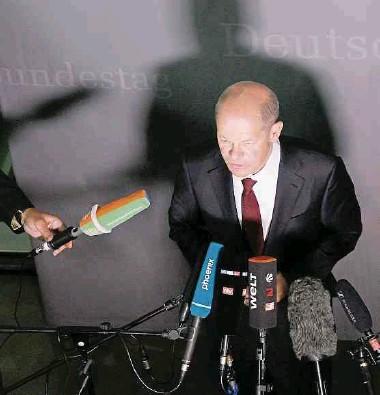 ?? Foto: dpa ?? Bundesfinanzminister Olaf Scholz spricht nach der Teilnahme am Finanzausschuss zu den Medien – und lässt sich nicht aus der Ruhe bringen.