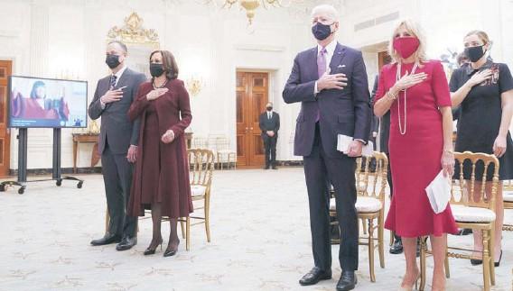 ??  ?? ► Joe y Jill Biden, acompañados por Kamala Harris y su esposo, Doug Emhoff, participan en una ceremonia religiosa, el jueves.