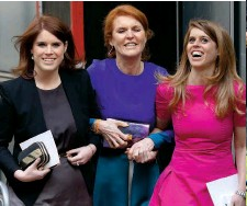 ??  ?? Junto a sus hijas, Eugenia y Beatriz, en 2018. A la dcha., con el príncipe Andrés en las carreras de Ascot en 2016. Arriba, su nueva novela, Her heart for a compass (Mills and Boon).