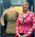??  ?? Cecilie Hollberg curatrice della mostra con uno degli abiti scelti ed esposti