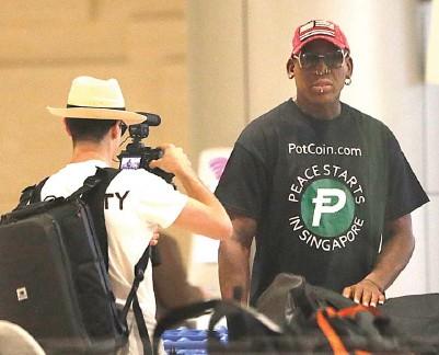 ?? WONG MAYE-E/ AP ?? AWAL PERDAMAIAN: Dennis Rodman memakai kaus dengan tulisan yang berarti Damai Bermula di Singapura kemarin (12/6).