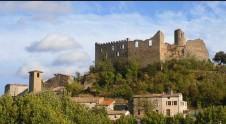??  ?? Notre château veille sur le vieux village
