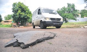 ??  ?? En bloques de asfalto se mueve parte del pavimento en las calles Tape Tuja y Capitán Carpinelli.
