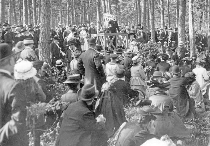 ??  ?? GICK INTE ÖVER EN NATT. Att kvinnor i Halmstad fick rösta - och även röstades in i stadsfullmäktige – hade föregåtts av en lång kamp, både lokalt och på riksplanet. På bilden ovan är det Föreningen för kvinnans politiska rösträtt (F.K.P.R.) som håller möte i Långbergparken i Strängnäs 17 juni 1916.