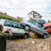 ??  ?? Plusieurs personnes sont mortes prises au piège dans leurs voitures à la suite des énormes coulées de boue à Skopje.