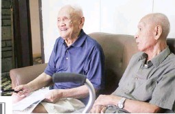 ?? (Courtesy of PVAO) ?? LAST MEN STANDING — Both retired colonels and heroes who survived the Bataan Death March, Catalino del Rosario (left) and Vicente Alhambra, Sr. share their stories of valor during World War II.