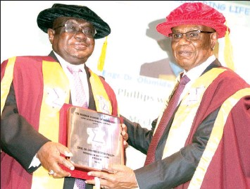 ?? PHOTO: OSENI YUSUF ?? President, Nigerian Academy of Engineering, Alex Ogedegbe ( right) presenting Life Archievement Award to Chairman Board of Governor, Down College, Dr. Olumide Philips, during the 2021 annual lecture and induction ceremony of New Fellows organised by the academy held at the University of Lagos.