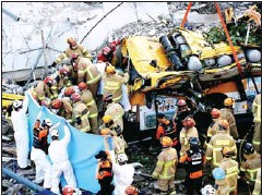 ?? YONHAP NEWS AGENCY ?? South Korean rescue workers search for survivors in the debris of a collapsed building in Gwangju.