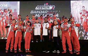?? PIC BY ZULFADHLI ZULKIFLI ?? UMW Toyota Motor chief motorsports officer Akio Takeyama ( front third from right), president K. Ravindran ( front fourth from right) and director of marketing Mohd Shamsor Mohd Zain ( front fourth from left) with the racers at Bandar Malaysia in Sungai Besi yesterday.