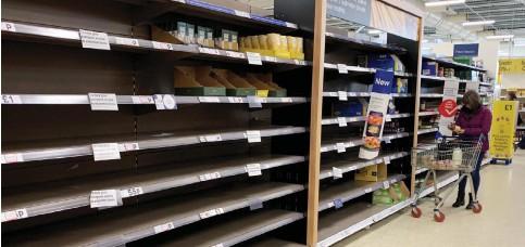 ??  ?? Παρά τα αποθέματα, τα ράφια των σούπερ μάρκετ σε πολλά μέρη του πλανήτη είναι άδεια.