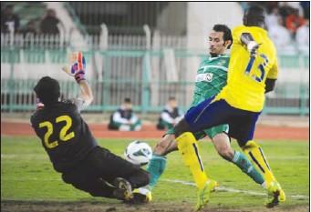 ??  ?? فهد الرشيدي في طريقه لتسجيل الهدف الأول للعربي (هاني الشمري)